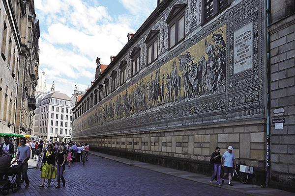 ドレスデン王宮外壁の102mもの長さのタイル壁画