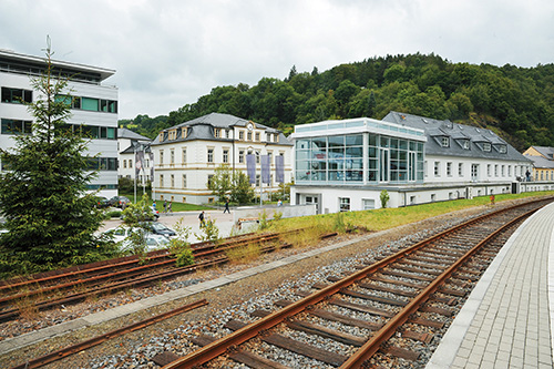 グラスヒュッテ駅のホームから見たノモスの社屋