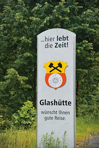 グラスヒュッテの紋章が配された標識