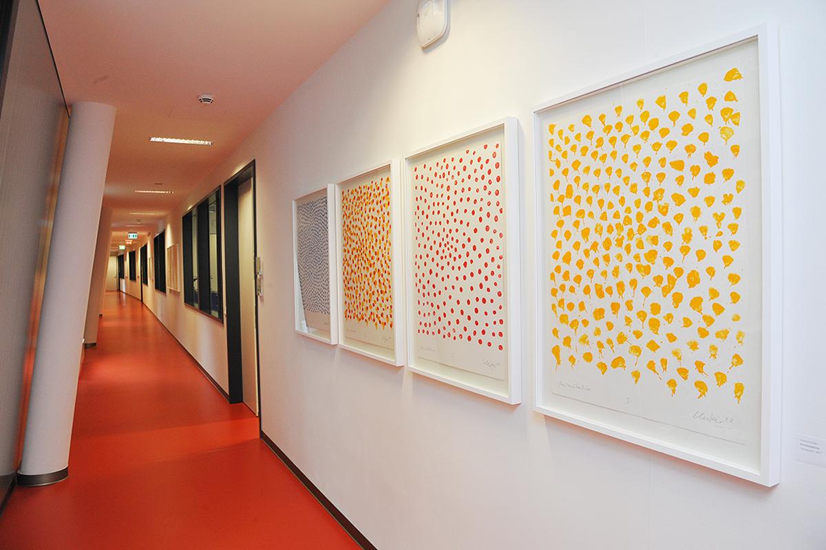 アート作品が並ぶビル内の廊下