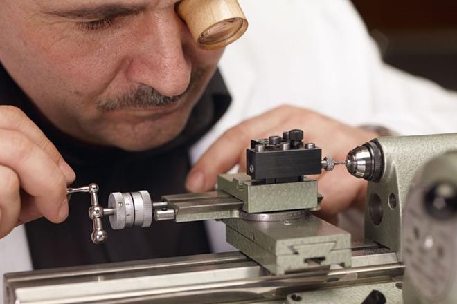 工具や器具の製作風景